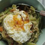 Guiso de verduras con fideos y huevo